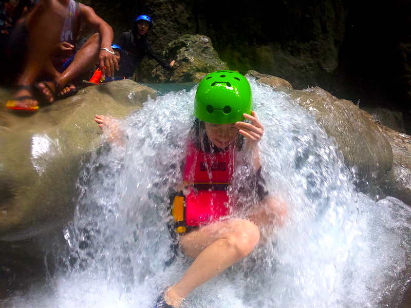 カワサンの滝でキャニオニング 川下り&最大14メートルの滝壺へダイビング<日本語ガイド/GoProレンタル>