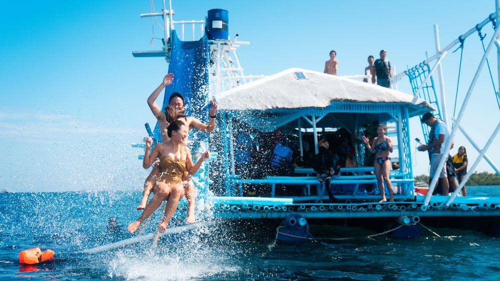 【ゆったり午後発】水上アスレチックを基地にシュノーケル/マリンスポーツ体験<日本語ガイド/GoProレンタル>