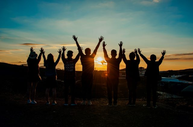 夕日と人々